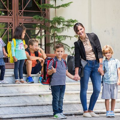 Genitori che accompagnano i figli a scuola