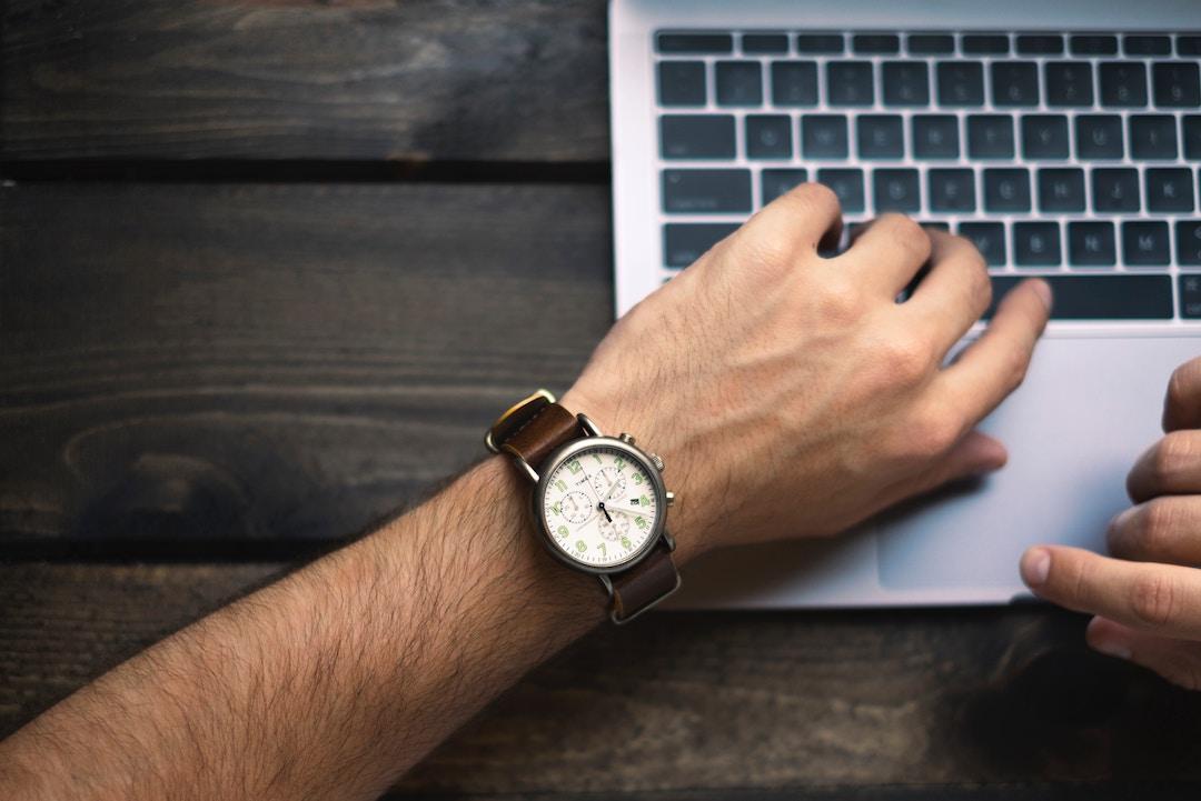 Il lavoratore autonomo controlla sempre l'ora