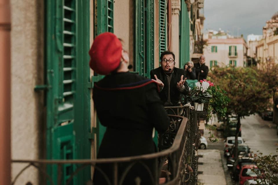 Delivery Theater di Carullo Minasi al balcone