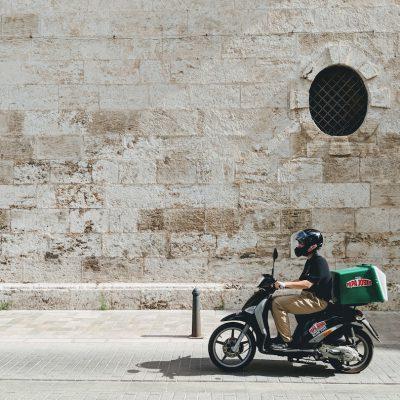 L'evoluzione del delivery, tra rider, ambiente e piccoli centri